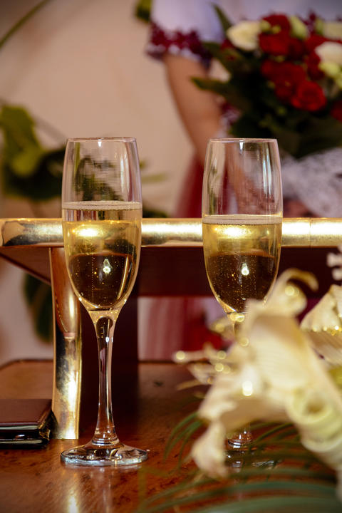 Fairy glasses are full of sparkling champagne during the wedding フォト