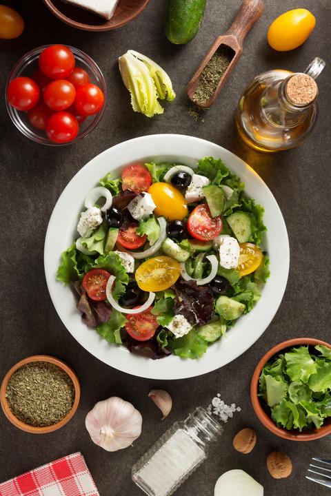 fresh greek salad in plate フォト