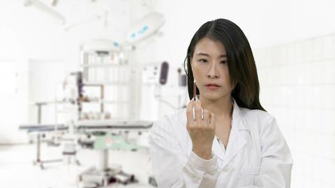 Nurse squeezes syringe in hospital surgery ビデオ