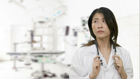 Asian female doctor in surgery thinking and has breakthrough looks at camera Live影片