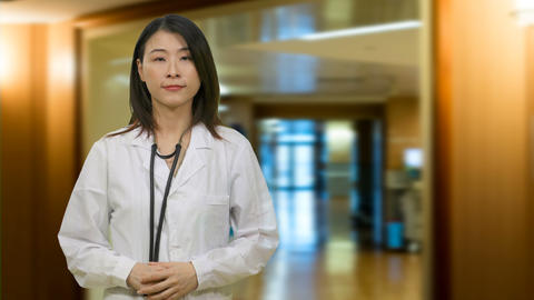 Chinese female doctor in hospital hallway Live影片
