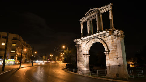 Night Athens. On right we see the Arch of Hadrian that leads to the pillars of ビデオ