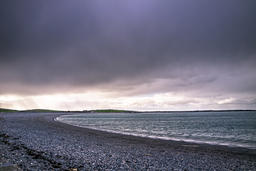 Dramatic sky above Cemlyn Bay, Anglesey in north Wales フォト