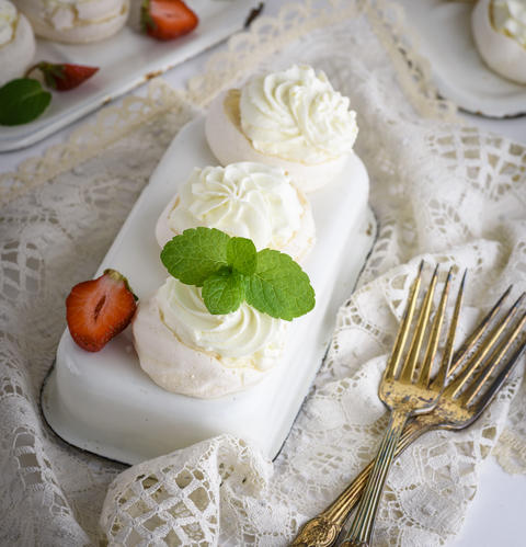 cakes of whipped egg whites and cream Photo