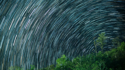 Star trails in night sky フォト