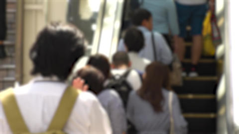 BACK SHOT of PEOPLE using ESCALATOR ビデオ