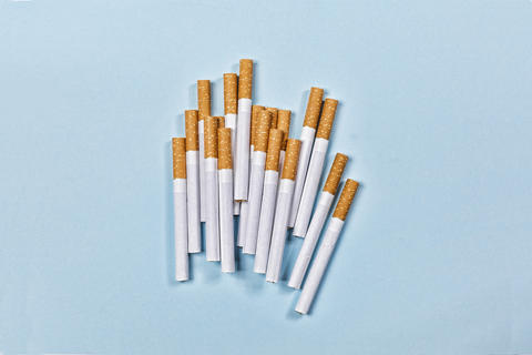 concept stop smoking. minimalism. cigarettes, unhealthy, nicotine, top view. フォト