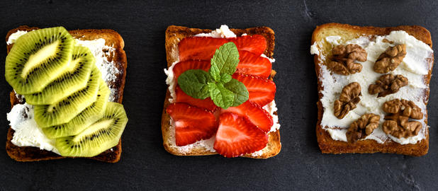 three toasts with mild cottage cheese, strawberries, kiwi and nu フォト