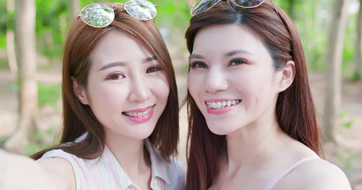 two beauty women selfie happily 영상물