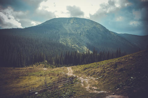 Landscape path through the mountains on a cloudy summer day Fotografía