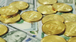 Bright gold bitcoins with dollars ビデオ