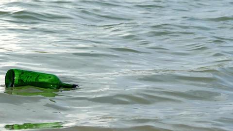 wavy lake and empty bottle close-up ライブ動画