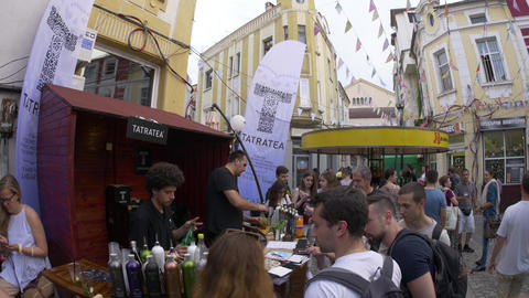Preparing cocktails during street festival in European city ビデオ