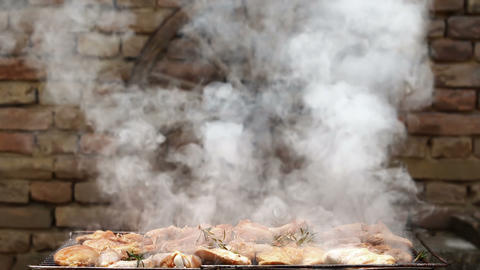 Chicken Meat On Barbecue With Smoke and Flames Animation Archivo