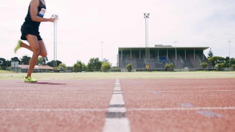 Athlete running on the running track ビデオ