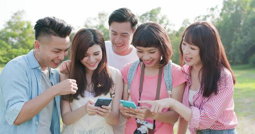 people use phone happily ビデオ