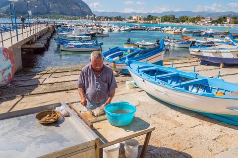 Mondello, Sicily, Europe-10/06 / 2018.Sililian fisherman emptyin フォト