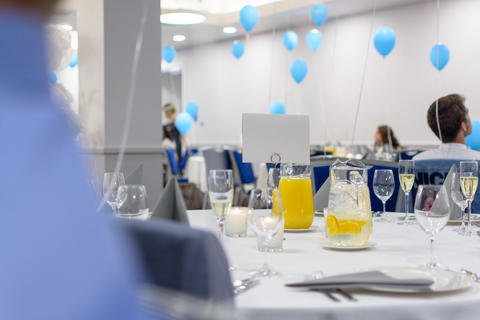 Elegant white indoor party wedding or prom set up with blue coloured balloons Fotografía