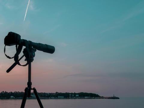 Tripod camera against the sunset lights フォト