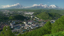 Summer view of Petropavlovsk City on background of volcanoes. Time lapse Archivo