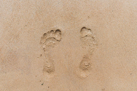 Footprints in the sand. Sandy beach on a Sunny summer day Fotografía