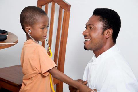 health professionnal examining a child Fotografía