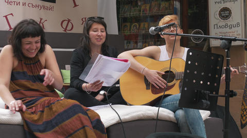 Young trio girls buskers performing outside on the streets of Plovdiv, European Archivo