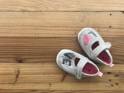 """cute little girl grey shoes with word """"love"""" フォト"""