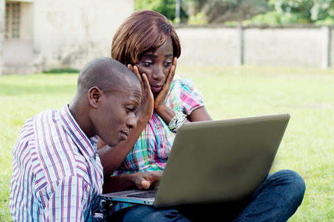 Young couple working on a laptop フォト