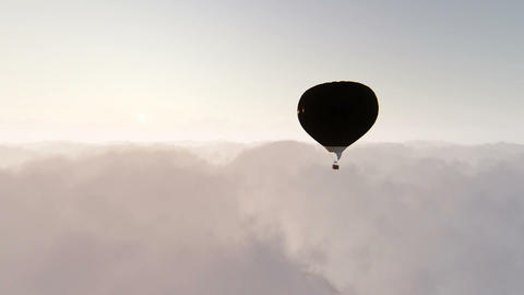 Single balloon above clouds ビデオ