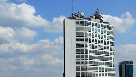 Modern building with antennas on the roof - time lapse Archivo