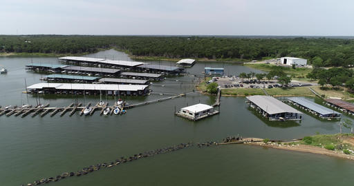 Aerial footage of boats around Mill Creek Marina on Lake Texoma on the Texas ビデオ