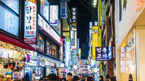Myeong-dong Market.People walking on a shopping street in,Seoul,korea ビデオ
