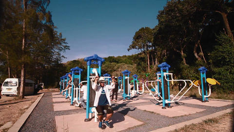 asian man exercises at outdoor gym Live影片