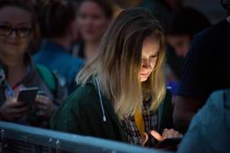 Girl checking her smart phone Fotografía