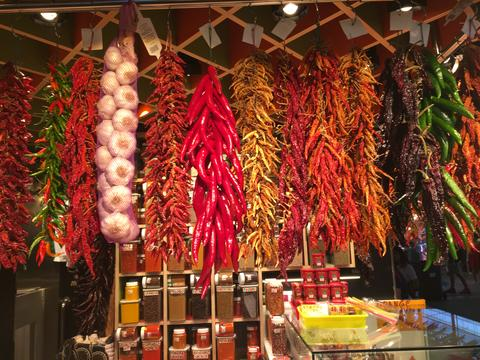 Spice, Pepper, Chile, garlic displayed in a market フォト
