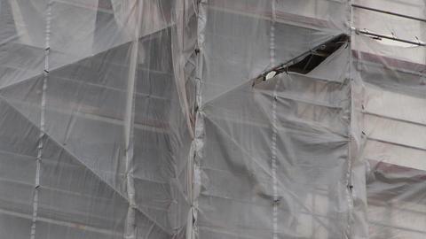 Torn canvas on construction scaffolding ライブ動画