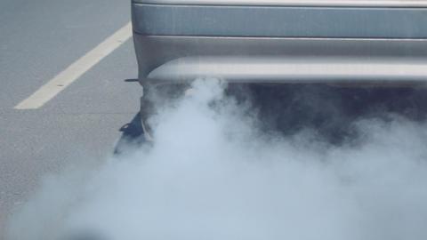 Exit the smoke from the exhaust pipe of the car Live Action