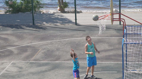 Teenagers practice in the game of basketball. Slow motion 영상물