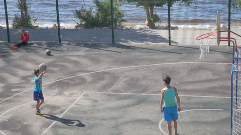 Teenagers practice in the game of basketball. Slow motion ビデオ