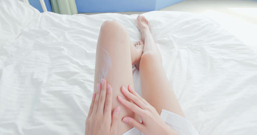 woman apply cream with leg Live影片