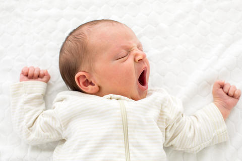 Yawning tiny newborn baby フォト