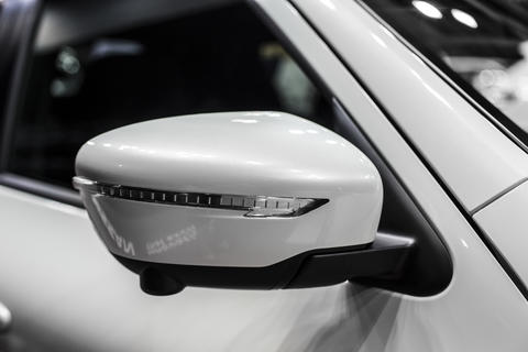 mirror of white compact SUV with turn signal, detail of car close-up フォト