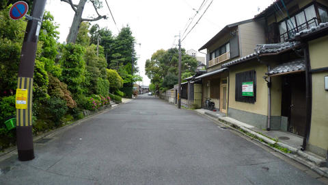 Driver view through the traditional backstreets of Kyoto ビデオ