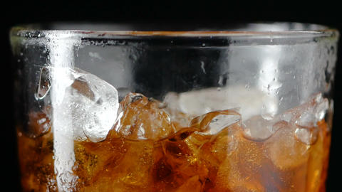 4K Slow motion pouring cola soda rootbeer mixed water in to the glass with ice ライブ動画