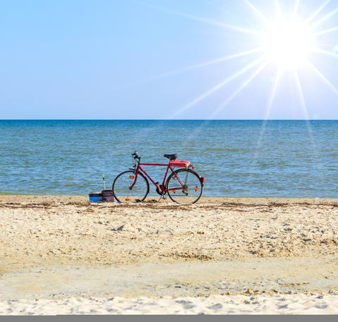 old red bicycle standing by the sea Fotografía