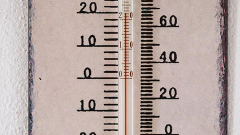 Scale on a thermometer. Thermometer with Celsius and Fahrenheit scale on wall. Archivo
