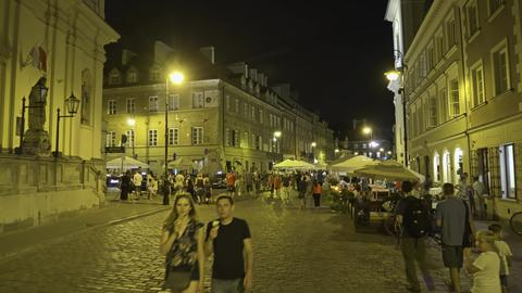 WARSAW, POLAND - AUGUST 4, 2018. People visiting old town in the evening フォト