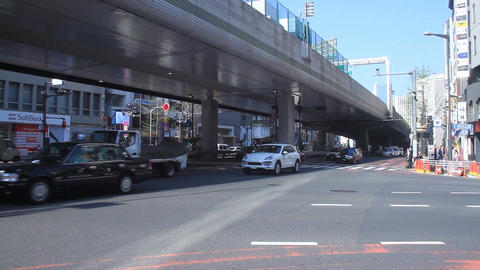 People and cars come and go at Roppongi crossing wide shot ビデオ