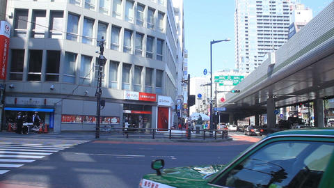 People come and go at Roppongi crossing wide shot ビデオ